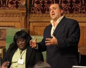 Omid Djalili, acteur et comédien, s'adressant au séminaire sur les droits de l'homme en Iran, qui s'est tenu aux Chambres du parlement du Royaume-Uni, le 15 juin. M. Djalili a salué le courage et la persévérance de la communauté bahá'íe iranienne. Khataza Gondwe de Christian Solidarity Worldwide est assise à côté de lui.