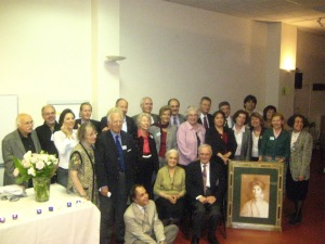 L'ensemble des anciens membres de l'Assemblée spirituelle nationale de France ayant pu se joindre à la célébration autour de Monsieur et Madame Nakhjavani. Devant eux, le tableau de May Bolles Maxwell offert à la communauté française.
