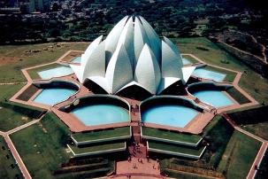 Les Maisons d'adoration bahá'íes présentent toutes neuf côtés surmontés d'un dôme central, symbolisant à la fois la diversité de la race humaine et son unité essentielle. Ici le Temple du Lotus en Inde avec ses neuf portes et ses neuf bassins.
