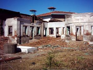Tombeau de Quddus pendant sa démolition, Babol, Iran, avril 2004