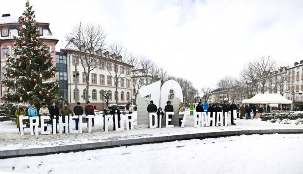 Le 18 décembre, un groupe de défenseurs des droits de l'homme brave les mauvaises conditions météorologiques dans la ville allemande de Mainz. Leur panneau indique « Liberté pour les sept bahá'ís ».
