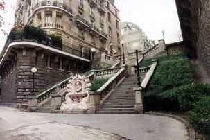 L'entrée de la rue Camoëns à Paris, où Abdu'l-Bahá logea pendant 9 semaines lors de son voyage en Europe