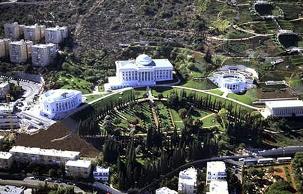 Les 4 bâtiments, abritant le Centre mondial bahá'í, forment un arc sur le Mont Carmel à Haïfa en  Israël