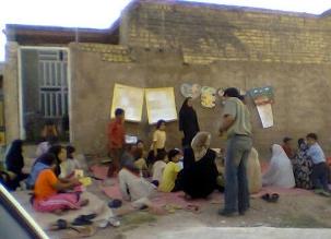 Des tuteurs et des enfants sont réunis lors d'une classe à Sahlabad, près de Shiraz, en Iran. De telles classes ont été interdites par le gouvernement en 2006