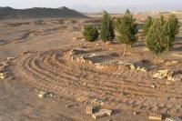 Le cimetière bahá'í de Yazd en Iran, détruit en juillet 2007. Les traces et les dégâts confirment l'usage d'équipement lourd.