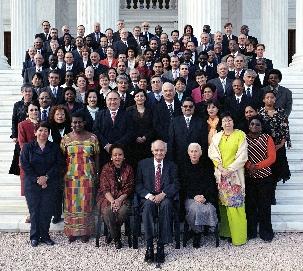 Décembre 2005, les Conseillers du Corps Continental et du Centre International d'Enseignement avec les membres de la Maison Universelle de Justice et la Main de la Cause Dr. Ali-Muhammad Varqa