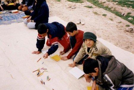 Des enfants travaillent dans leur classe à Sahlabad, à côté de Chiraz, en Iran,. Des classes telles que celle-ci ont fermées par le gouvernement en 2006.