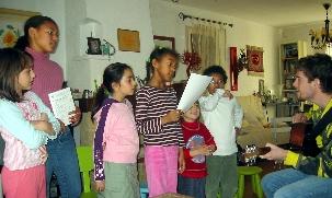 Apprendre un chant est toujours synonyme de temps festif. Les jeunes et un de leur animateur, d'une classe d'enfants d'Aix-en-Provence, répètent un chant pour la fête des Jours Intercalaires du 1er mars.