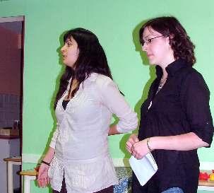 De gauche à droite : Sarah et Carine font partie du groupe qui a initié et concrétisé le projet «  Lettre à mon Iran ».