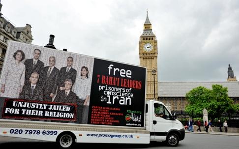 Un des panneaux d'affichage mobiles de United4Iran a été mis en circulation à Londres, en Angleterre. Il représente la photo des sept responsables bahá'ís et le slogan « Injustement emprisonnés du fait de leur religion ».