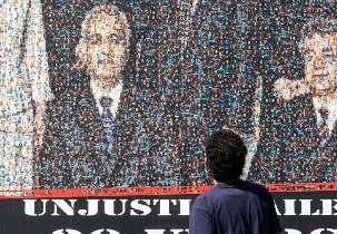 Le panneau mobile qui représentait les responsables bahá'ís était constitué d'une mosaïque de petites photos de centaines de personnes emprisonnées actuellement en Iran, notamment des journalistes, des syndicalistes, des politiciens, des militants étudiants et féministes, et des responsables religieux.