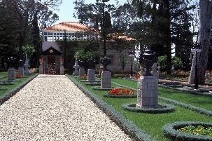 L'approche vers le tombeau de Bahá'u'lláh situé près d'Acre, en Israël, se fait à travers de magnifiques jardins et prépare les visiteurs à entrer dans ce lieu saint.