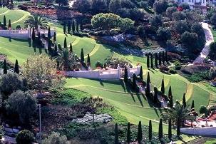 Les jardins en terrasses qui s'épanouissent en amont et en aval du tombeau du Báb offrent aux visiteurs et pèlerins un havre de paix et de beauté.