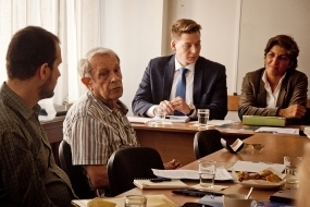 M. Ivan Kraus – second à partir de la gauche – s'exprimant lors d'une conférence de presse présentant une lettre ouverte portant sa signature ainsi que celle de plus de 80 universitaires slovaques lançant un appel pour la fin de la persécution des enseignants et des étudiants bahá'ís en Iran.