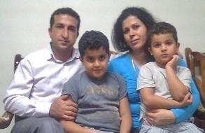 Le pasteur Youcef Nadarkhani, à gauche, photographié avec sa femme, Fatemah, et leurs deux jeunes fils. Crédit photo : Christian Solidarity Worldwide.