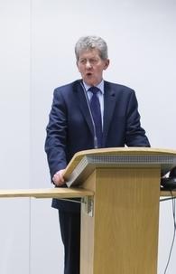 Le ministre anglais à l'Intégration, le député Don Foster, s'adressant aux invités d'une réception organisée pour les bahá'ís au siège du département des Communautés et du Gouvernement local, le 28 novembre 2012.