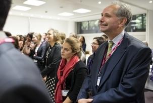 Plus de 80 bahá'ís d'Angleterre, d'Irlande du Nord, d'Écosse et du Pays de Galles étaient les invités de ministres gouvernementaux et de membres du parlement au cours d'une réception exceptionnelle organisée par le département des Communautés et du Gouvernement local du Royaume-Uni, le 28 novembre 2012. Cet événement a marqué le centenaire de la seconde visite historique de 'Abdu'l-Bahá aux îles Britanniques.