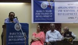 M. Garg Shravan (sur le podium). Sur la scène de gauche à droite : Shirin Mahalati, Ganesh Kawadia et P.N. Mishra.