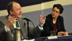 M. John Stackhouse du Regent College (à gauche) et le rabbin Lisa Grushcow (à droite) dans un groupe de discussion au cours de la conférence.