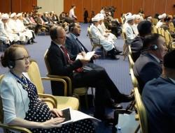Lyazzat Yangaliyeva, le directeur du Bureau de l'information publique pour les bahá'ís du Kazakhstan, et Joshua Lincoln, le secrétaire général de la Communauté internationale bahá'íe, au 5e Congrès mondial des dirigeants des religions traditionnelles mondiales.
