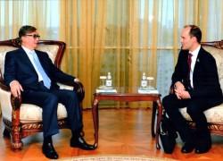 Rencontre entre Joshua Lincoln, le secrétaire général de la Communauté internationale bahá'íe, et Kassym-Jomart Tokayev, le chef du secrétariat du Congrès et président du Sénat.