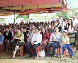 Quelque 300 personnes se sont rassemblées sous des tentes pour le dévoilement du projet de la maison d'adoration bahá'íe locale.