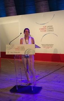 Sandya Abrar livre sa contribution lors de la conférence.