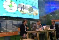 À gauche, Sylvia Karlsson-Vinkhuyzen, la représentante de l'IEF, s'exprimant à la COP21.