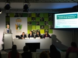 Les représentants du Forum international de l'environnement à un panel de discussion à la COP21.