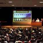 Un panel d'intervenants lors d'une conférence interreligieuse à Madrid, intitulée Reliés par la Miséricorde de Dieu.