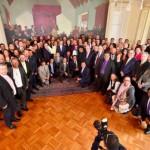 Le président Juan Manuel Santos avec les représentants religieux en Colombie, le 4 juillet 2016. Mme Ximena Osorio de la communauté bahá'íe, en gris, se trouve dans la deuxième rangée, la première en partant de la droite.