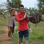Des bénévoles participant au récent projet de plantation d'arbres sur le site du temple à Battambang.