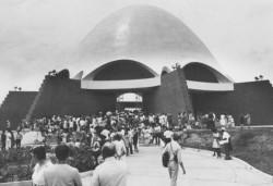 Les visiteurs à l'inauguration de la maison d'adoration bahá'íe de Panama — le temple mère de l'Amérique latine – en 1972