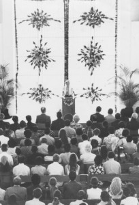 Amatul-Bahá Rúhíyyih Khánum s'adressant à l'assistance lors de la cérémonie d'ouverture du temple bahá'í au Panama en 1972