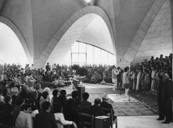 Vue intérieure de la maison d'adoration bahá'íe en Inde au cours de sa cérémonie d'inauguration en 1986