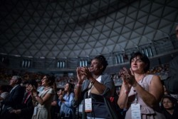 Le public, au nombre de près de cinq mille personnes, a été galvanisé alors qu'il célébrait l'inauguration du temple bahá'í pour le continent sud-américain.