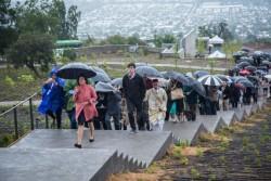 Tandis que des groupes de participants visitaient le temple, la pluie a ajouté un sentiment d'émerveillement à la scène.