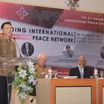 Chong Ming Hwee, le représentant du bureau régional de la CIB à Jakarta, prononçant un discours liminaire lors de la 2e Conférence internationale de Malang sur la paix au mois d'août.