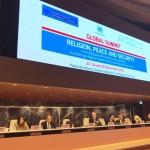 Diane Ala'i, la représentante de la Communauté internationale bahá'íe auprès des Nations unies à Genève, prononce une allocution lors du Sommet mondial sur la religion, la paix et la sécurité, organisé par le Bureau des Nations unies pour la prévention du génocide et la responsabilité de protéger et l'Association internationale pour la défense de la liberté religieuse.