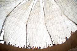 Des visiteurs de la maison d'adoration à Santiago du Chili, debout sous les ailes de verre et de marbre du temple