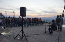 Une présentation musicale dans un groupe de discussion sur les terrains du temple à Santiago du Chili