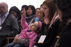 Des visiteurs assistant à une session de prière à l'intérieur de la maison d'adoration à Santiago du Chili