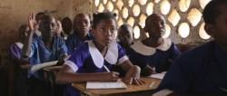 Mercy, interprétée par Hazel Roberts, prenant part à la classe. Un plan fixe tiré du film Mercy's Blessing.