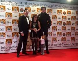 La scénariste et réalisatrice May Taherzadeh (au centre) et le monteur et assistant caméraman, Heinrich Nuesslein (à droite), reçoivent le prix du Meilleur court métrage en langue étrangère et du Meilleur montage pour un film en langue étrangère au Festival international du réalisateur du cinéma mondial à Berlin en 2016.
