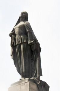 La statue d'une femme libérée qui se trouve dans le centre de Bakou représente une femme jetant son voile et elle aurait été influencée par l'histoire de Táhirih.