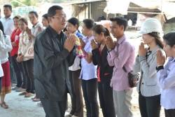 S.E. Chan Sophal, le gouverneur de la province de Battambang, a rendu visite au site du temple le 1er mars. Il a rencontré des membres de la communauté bahá'íe et il a eu l'occasion d'examiner les réalisations.