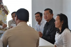 S.E. Chan Sophal, le gouverneur de la province de Battambang, rencontrant l'équipe du projet du temple bahá'í local.