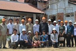 S.E. Chan Sophal photographié avec l'équipe du projet et les travailleurs sur le site du temple.
