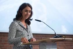 Aydan Ozoguz, ministre d'État de l'Immigration, des réfugiés et de l'intégration du gouvernement allemand, s'exprimant lors d'un événement co-organisé par la communauté bahá'íe d'Allemagne et la fondation Anne Frank.