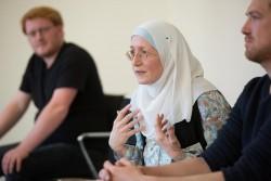 Des participants se consultant en petits groupes lors de la conférence Further thoughts on Religious Pluralism (Réflexion approfondie sur le pluralisme religieux).